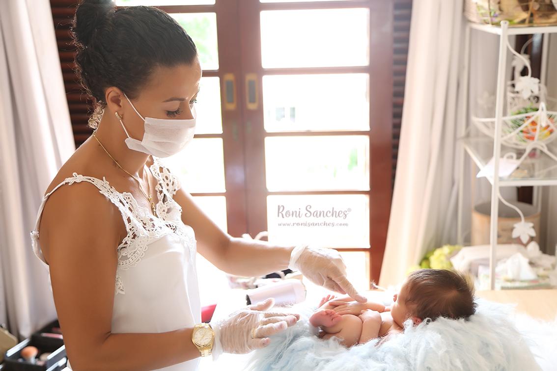 sessão de fotos newborn repleta de carinho e cuidado com o bebê