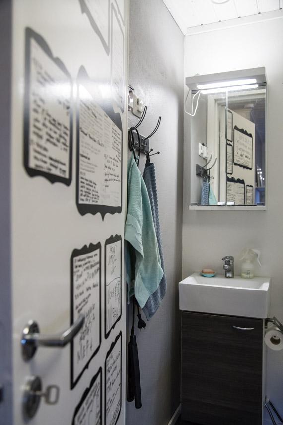 Vieraskirja WC:n ovessa