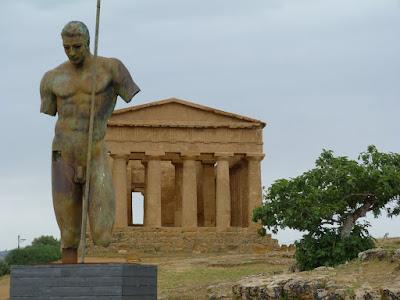 Agrigento met beelhouwwerken van Mitoraj