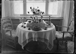 Geburtstagstisch mit Geschenken, Glasnegativ 1930-1942
