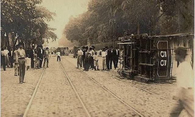 Bonde virado na praça da República por ocasião da Revolta da Vacina, 1904