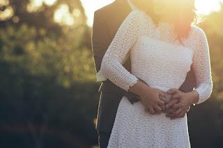 Die Körpersprache heimlich verliebter Frauen