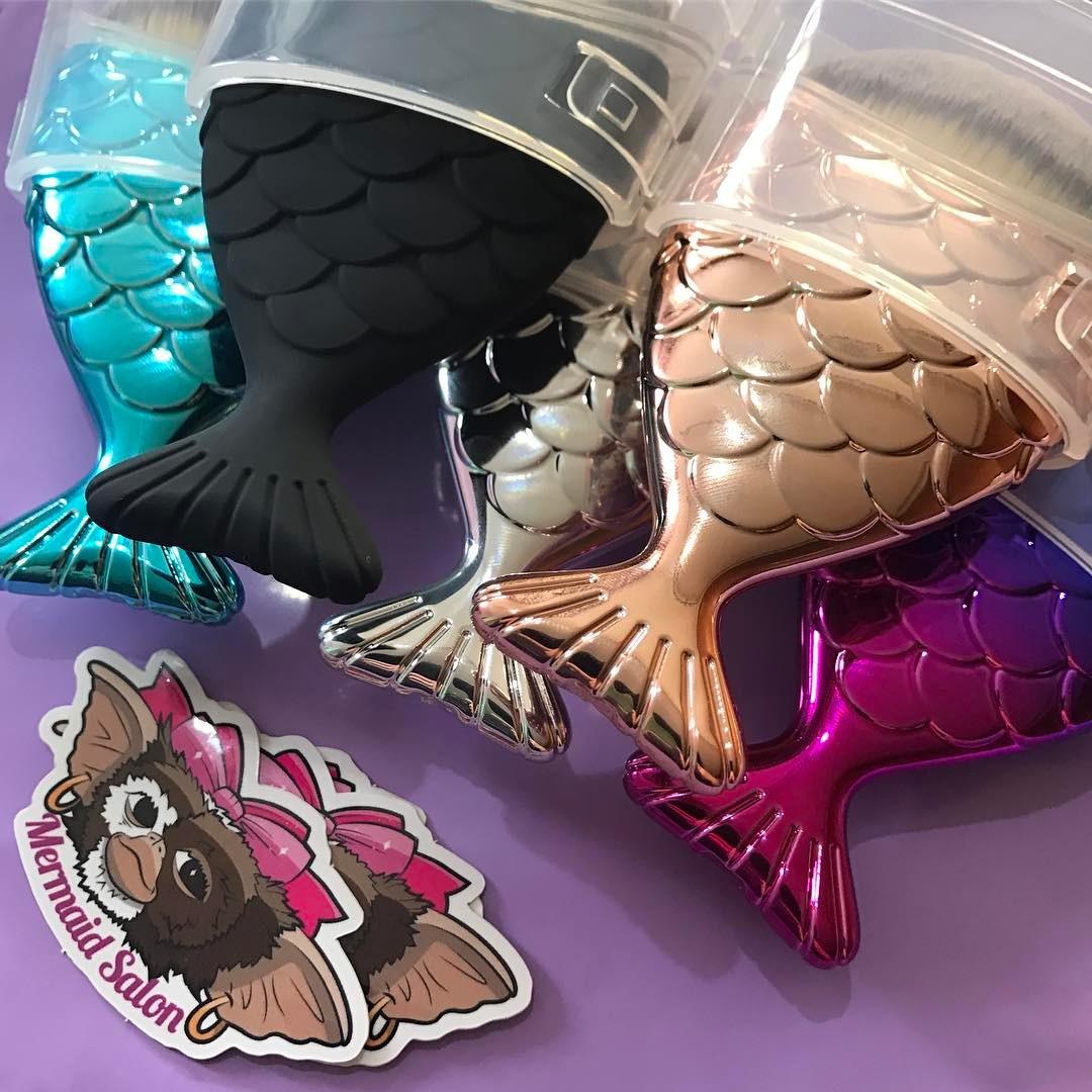 Depois da marca Unicorn Lashes UK ter criado os pinceis de unicórnio e de sereia agora foi a vez da Mermaid Salon que é uma marca Australiana lançar os seus próprios pinceis.