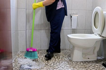 """Em artigo para o Justificando, a juíza do trabalho Juliana Ribeiro Castello Branco conta o caso de Dona Zefa, trabalhadora terceirizada da limpeza na Justiça do Trabalho. """"Dona Zefa é a que limpa o banheiro, que pede licença para tirar o lixo do gabinete, varre, espana, lava, e também é aquela que, de quando em quando, senta-se à mesa de audiência, na condição de reclamante"""". A história dela é de superação, trabalho duro, crescimento pessoal e profissional. Mas a realidade do trabalhador terceirizado é difícil. """"A terceirização esfacela as relações pessoais, enfraquece o associativismo, impede a organização de pleitos coletivos e cria castas entre empregados e terceirizados, com direitos, salários e tratamento diferenciados. Este instituto, que os defensores afirmam ser imprescindível do ponto de vista econômico, é nefasto sob o aspecto social"""". Por Juliana Ribeiro Castello Branco*"""