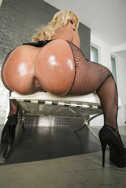 nackte Frau streckt ihren Anus weit heraus