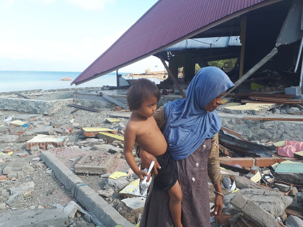 """Mata Kepala Wartawan """"Guardian"""" Soal FPI dan Ibu-ibu yang Mencari Sendok di Puing Gempa"""