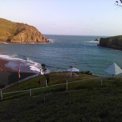 foto pemandangan pantai payangan jawa timur