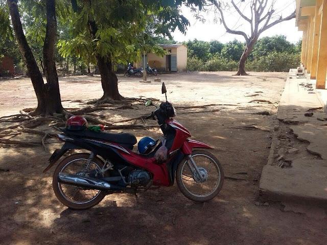 Sân trường đất lồi lỏm bụi bay mù mịt vào mùa khô