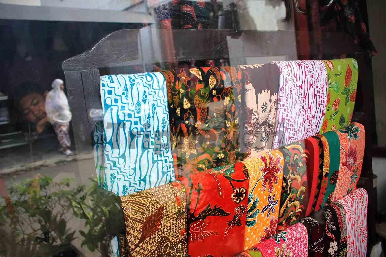 Sejumlah kain batik di salah satu toko batik Kampung Batik Jetis Sidoarjo e5d467f8b3
