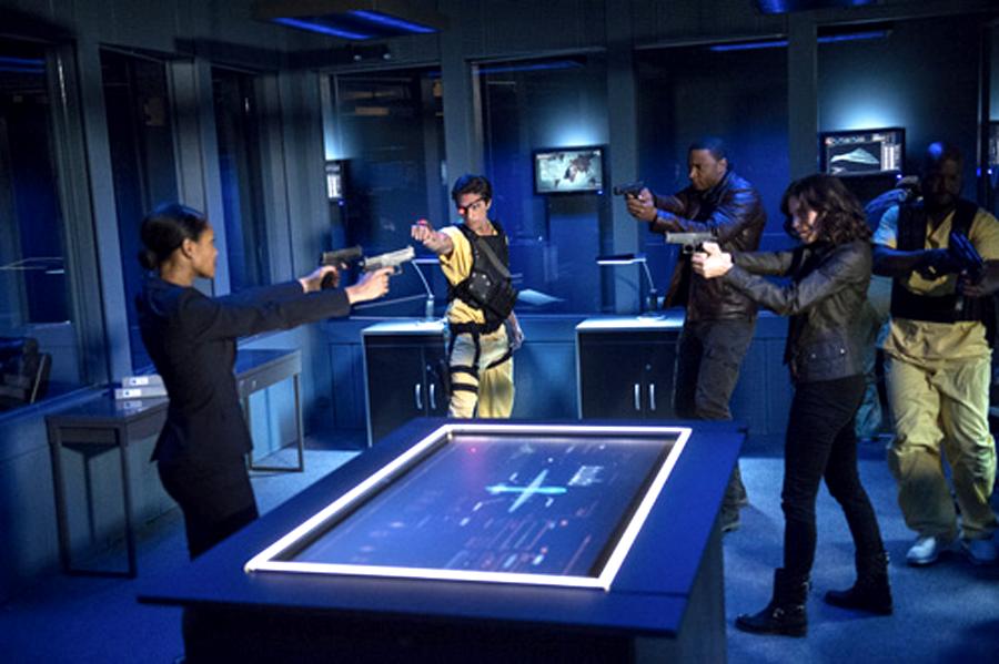John Diggle se confruntă cu Amanda Waller în ultimul episod din sezonul 2 al serialului Arrow