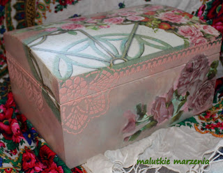 Kufer z różami.