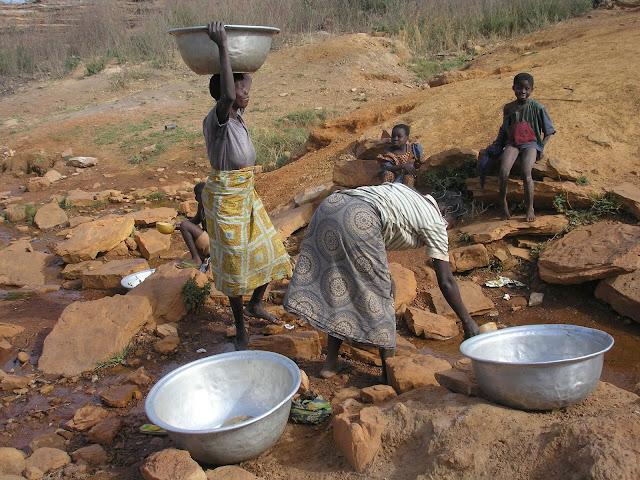 Recogiendo agua en Togo