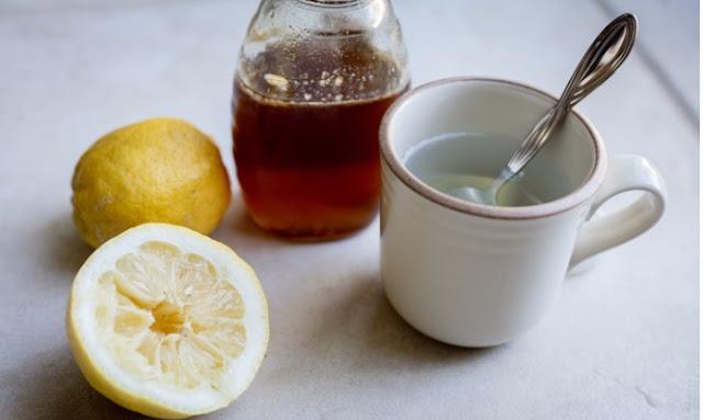 Πονόλαιμος: Λεμόνι, μέλι, ή αλκοόλ είναι η καλύτερη αντιμετώπιση