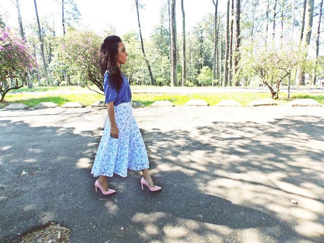 Saia midi, blusa de poá, estilo romântico, estilo retrô, moda vintage, roupa da vovó, marca Gleikka, criações Gleikka, mix de estampas, floral com poá, Gleika, cintura alta, moda elegante