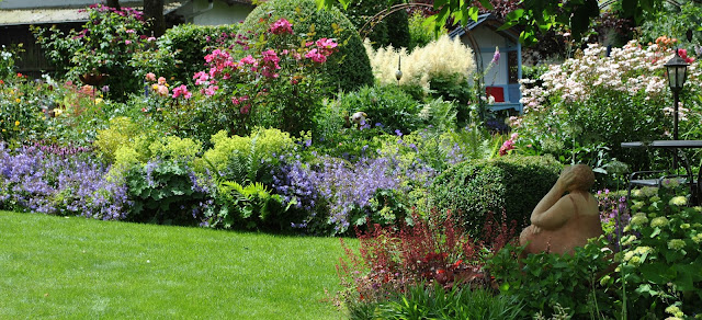 Blütenmeer offene Gartenpforte