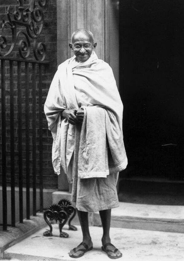 64 Historical Pictures you most likely haven't seen before. # 8 is a bit disturbing! - Mahatma Ghandi in London