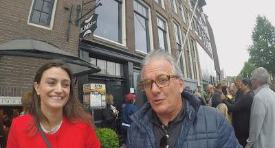 A guia Ana Paula e Mesquita pelas ruas de Amsterdam (Divulgação/SBT)