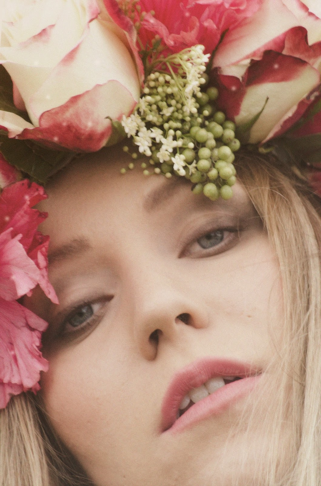 looks premama con flores frescas para el pelo