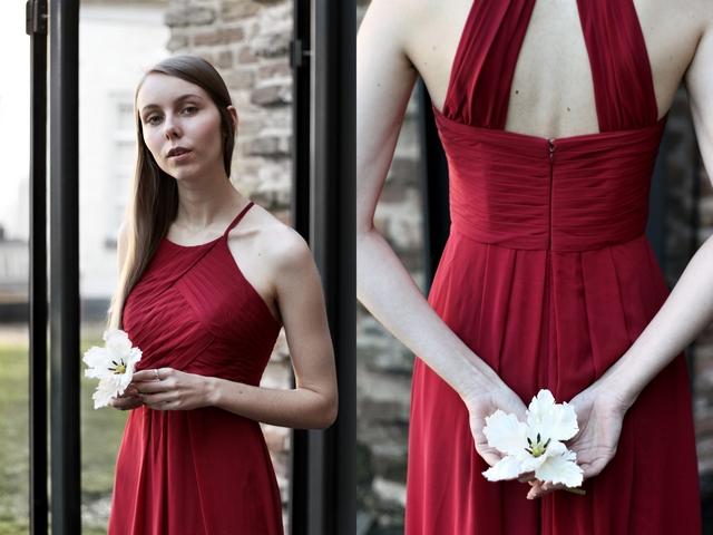 Outfit met bordeaux rode AW Bridal Awei avondjurk gala jurk op locatie Gasthuiskerk Doesburg