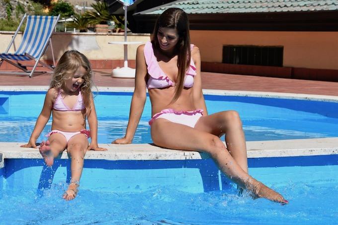 Costumi coordinati mamma-figlia: il trend delle MiniMe sotto l'ombrellone