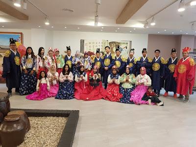 Memakai Pakaian Tradisional Korea Hanbok