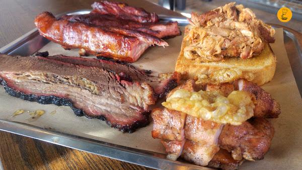 Bandeja de carnes en Jimbo Smokehouse, pulled pork, costillar de cerdo, smokehouse, brisket, contramuslo de pollo.