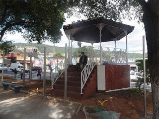 Coreto de Taipas cercado por barras de ferro, nas quais serão possivelmente instalados os gradis perfilados. Foto: acervo TBJP-ZN