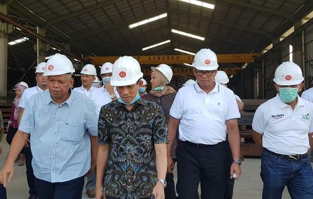 Wamen ESDM Arcandra tahar (tengah) mengunjungi pabrik PT Kunango Jantan, Sabtu (9/3