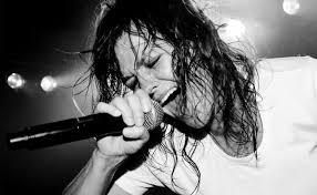 Tips Menggunakan Mikrofon Saat Menyanyi Karaoke