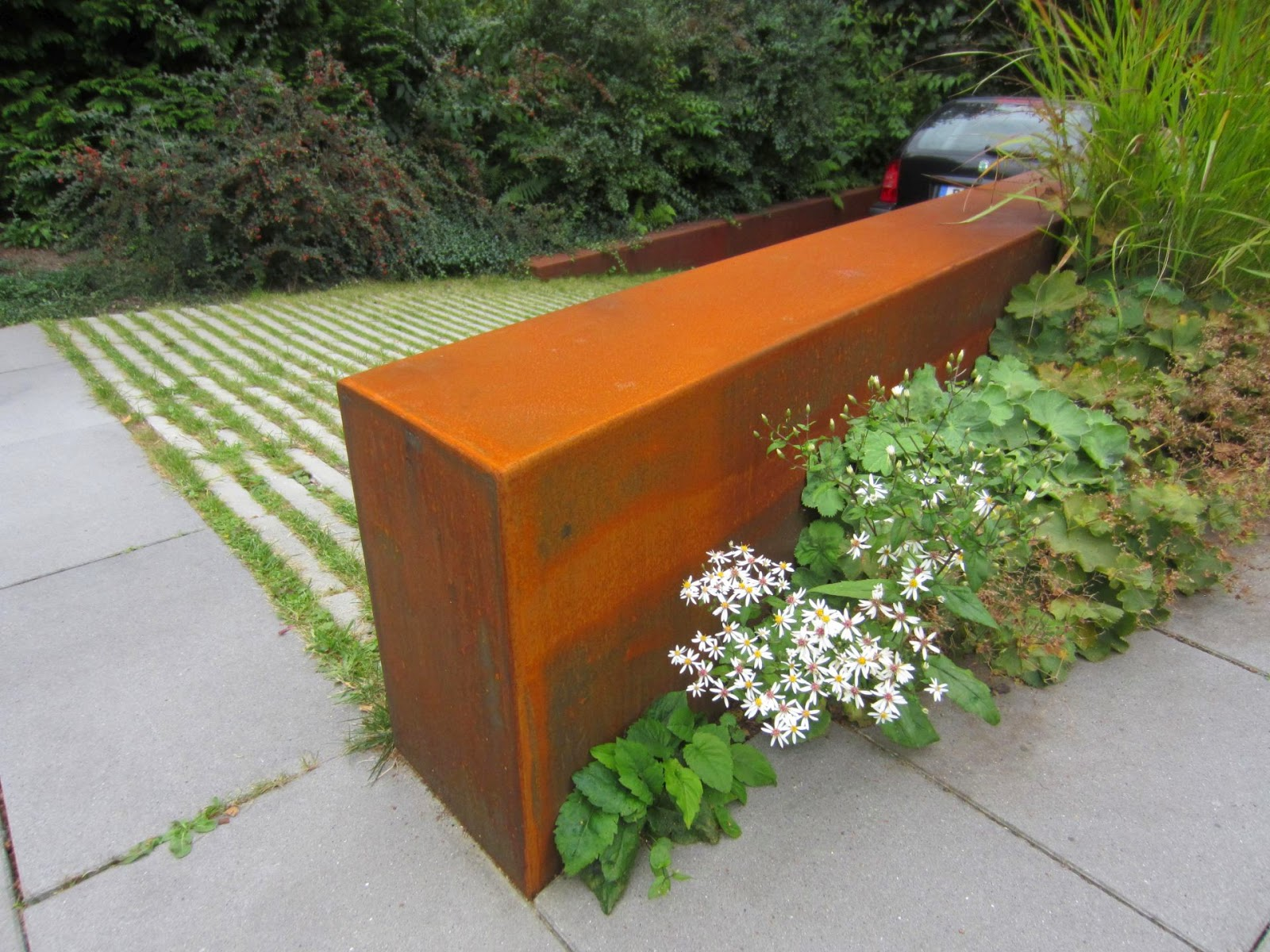 corten patinax verkleidungen an mauern einer garagenzufahrt fr bel metallbau. Black Bedroom Furniture Sets. Home Design Ideas