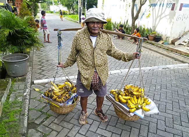 Anciano vendedor ambulante de plátanos en Yakarta
