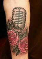 tatuaje de microfono y rosas