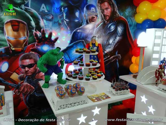 Mesa decorativa Os Vingadores para festa de aniversário infantil
