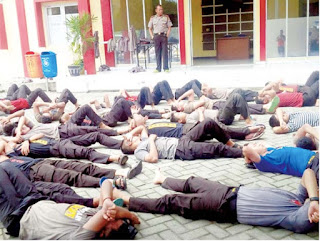 Karena Tidak Shalat 78 Prajurit Samapta Bhayangkara Dihukum di Depan Barak Dalmas Mapolrestabes Surabaya