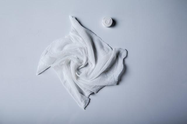 fotografía-de-una-toallita-naps-comprimida-y-toallita-naps-desplegada