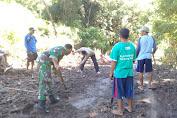 Kodim 1608/Bima dan Warga Gotong Royong Bersihkan Sisa Banjir Bandang