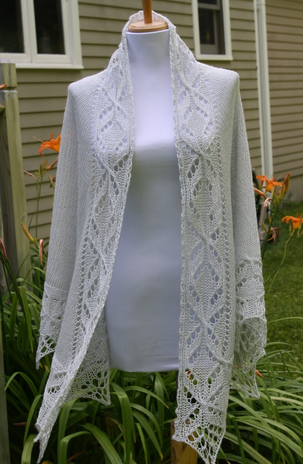 a8944c330cc20 It also has a unique almost collar-like band that goes around your neck and  down the sides of the shawl. Why is it unique  NO SEWING! NO GRAFTING!