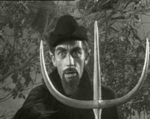 Richard Devon como Satán en la película La no muerta