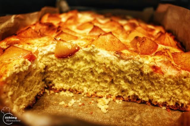 Ciasto drożdżowe na miodzie z serową pierzynką i śliwkami z cynamonem