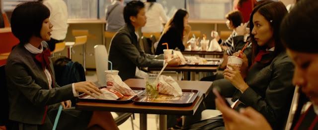 Orihime Inoue come en una hamburguesería junto a su amiga Tatsuki Arisawa, Orihime come ensalda y Tatsukiparece comer patatas y nuggets o algo similar esta todo embolsado en las bolsitas de papel que se suelen usar en estos sitios y es difícil asegurar