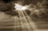 Fotograma del Mago de Oz (Victor Fleming, 1939) que muestra un Arco Iris entre las nubes del cielo...en blanco y negro