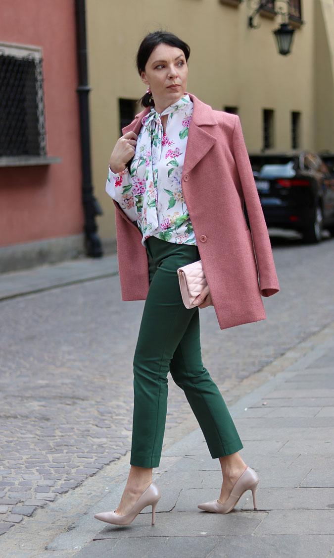 różowy płaszcz do czego nosić