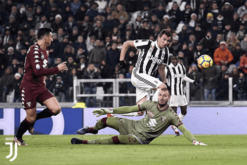 Mario Mandzukic menjebol gawang Torino dalam  laga derby della Mole
