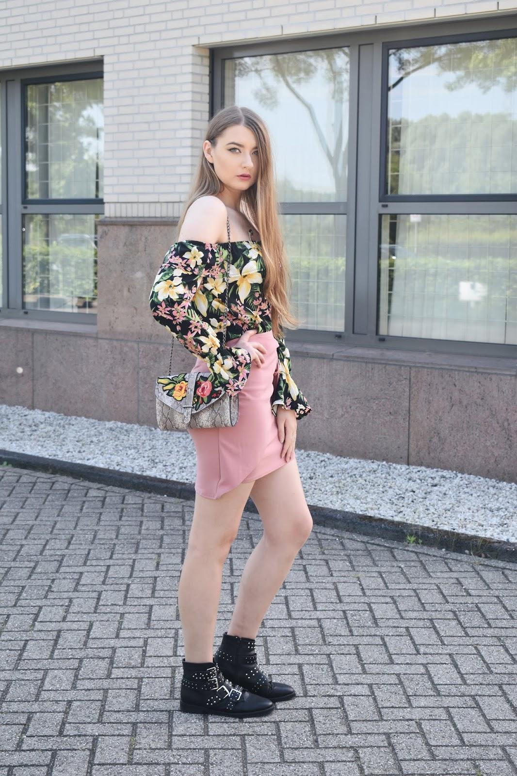 stylizacja z różowa spódnica