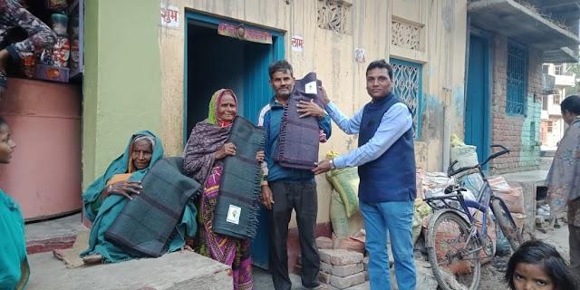 कड़ाके की ठंड में गरीबों के बीच किया गया कम्बल वितरण