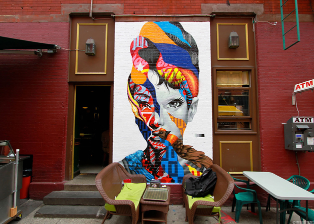 Mural feito na entrada de um estabelecimento em Nova York que representa Audrey com recortes e muitas cores.