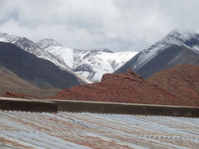 Schneeberge übers Dach vom Pfarrhaus gesehen