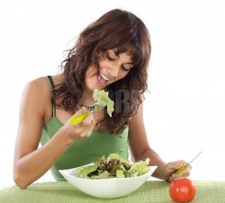 Chica adolescente comiendo ensalada de vegetales