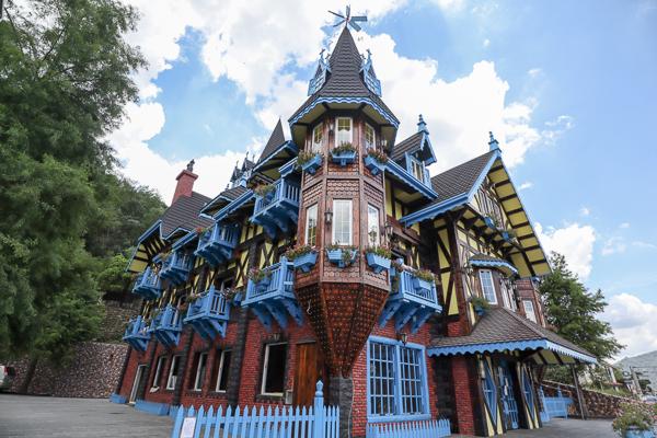 南投埔里童話城堡繽紛外觀吸引過路遊客拍照,埔里遊客中心旁