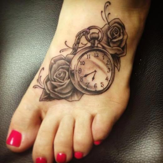 Vemos tatuajes femeninos para pies de reloj y rosas